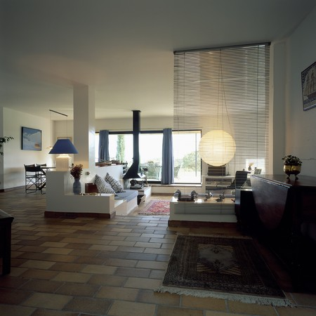 mediterranean interior: View of a spacious living room LANG_EVOIMAGES