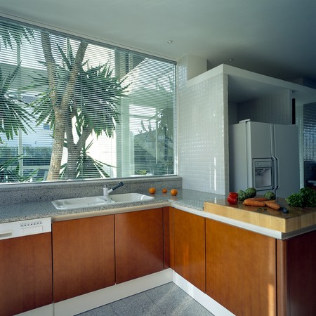wood blinds: View of a ventilated kitchen LANG_EVOIMAGES