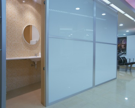 mediterranian style: View of a clean bathroom in a salon