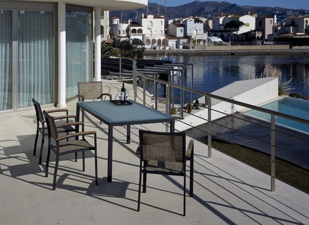 palabras: View of a table set out on a deck