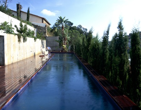 clave: View of a long swimming pool