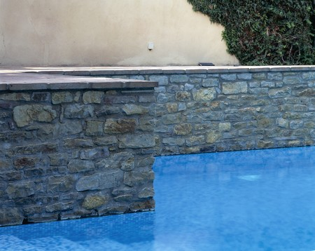 otras: View of a clear swimming pool LANG_EVOIMAGES