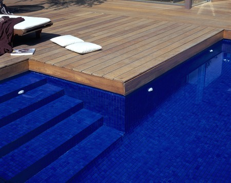 decking: View of a clear swimming pool LANG_EVOIMAGES