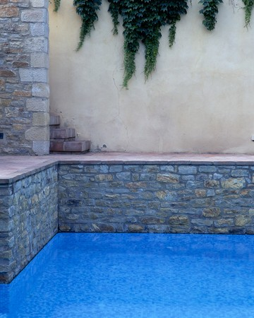 clave: Partial view of a swimming pool