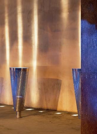 spanish homes: Visualizzazione di un sistema di illuminazione metallico