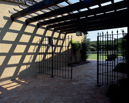 otras: View of an open metallic gate LANG_EVOIMAGES