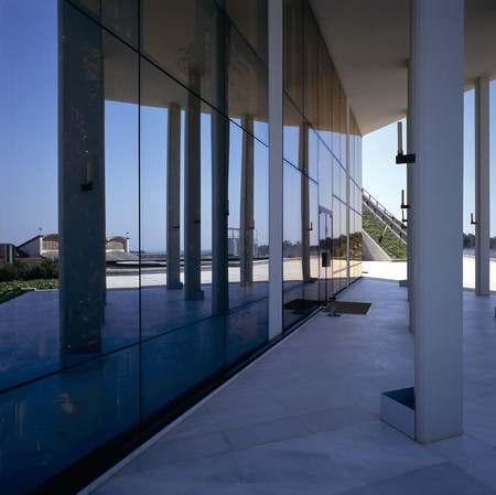 otras: View of glass panels of a building