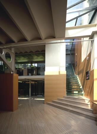 marble flooring: Visualizzazione di un ufficio spazioso  LANG_EVOIMAGES
