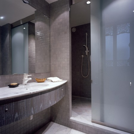 otras palabras clave: View of an illuminated bathroom
