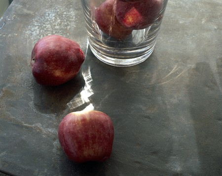 clave: Close-up of apples on a table