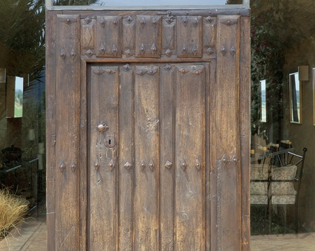 clave: Partial view of a wooden door LANG_EVOIMAGES