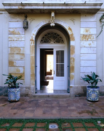clave: View of the entrance to a house
