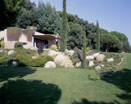 otras: View of a house from a lawn