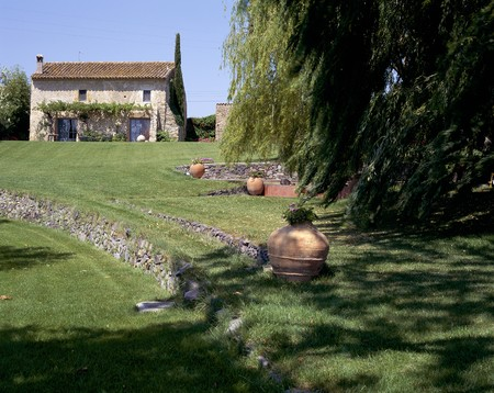 otras palabras clave: View of a rustic house and a lawn