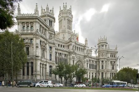 Voitures de devant un palais, Palacio De Comunicaciones, Ayuntamiento de Madrid, h�tel de ville, Madrid, Espagne.  Banque d'images - 7224268
