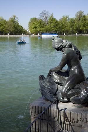 parque del buen retiro: Statue at the lakeside, Parque Del Retiro, Madrid, Spain