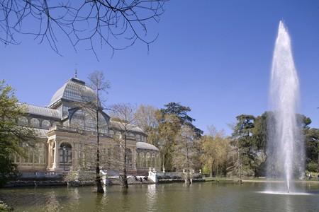 parque: Fountain in a pond in front of a palace, Palacio De Cristal, Parque Del Retiro, Retiro Park, Madrid, Spain