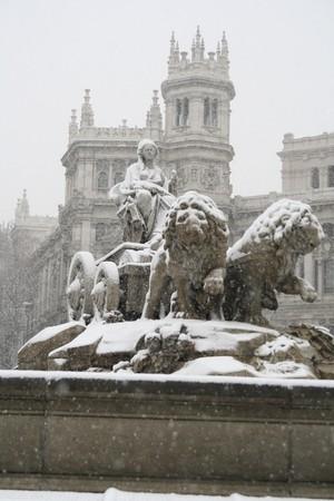 plaza de la cibeles: Fuente en frente de un edificio, Fuente De la Cibeles, Palacio De Comunicaciones, del Ayuntamiento De Madrid, Ayuntamiento de la ciudad, Madrid, España  Foto de archivo