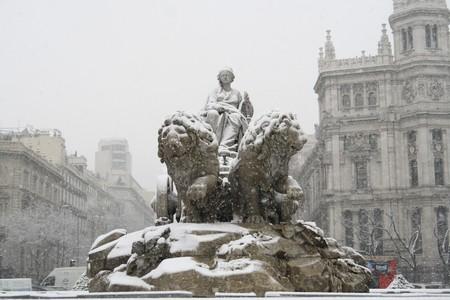 plaza de la cibeles: Vista de �ngulo bajo de estatuas de una fuente, la Fuente De la Cibeles, Palacio De Comunicaciones, del Ayuntamiento De Madrid, Ayuntamiento de la ciudad, Madrid, Espa�a  Foto de archivo