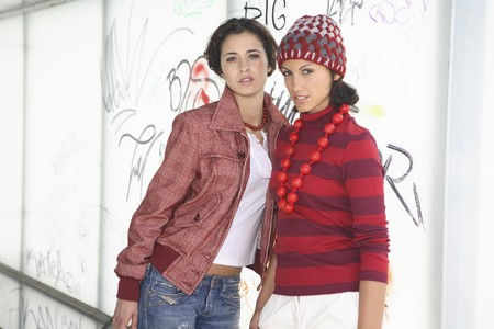 attractiveness: Dos de las mujeres j�venes de modelos vestida de rojo y blanco possing para una imagen  Foto de archivo