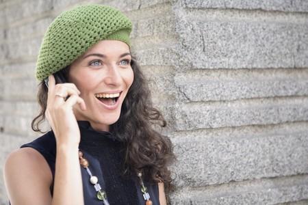 attractiveness: Feliz y sonriente joven Latina mujer hablar por el tel�fono m�vil.  Foto de archivo