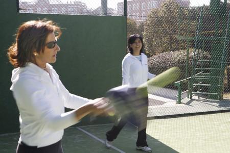 racquetball: Detalle de dos mujer tocando paddle