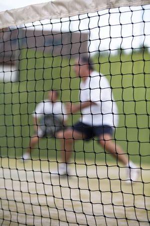 racquetball: Dos hombres adultos jugando Paddle detr�s de la red.