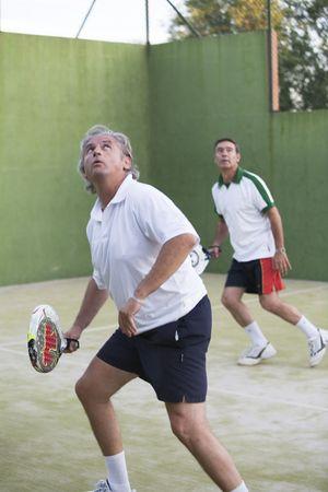 racquetball: Dos hombres adultos jugando de paddle.  Foto de archivo