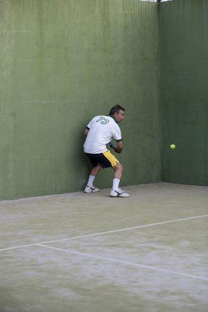 racquetball: Hombre adulto jugando de paddle.