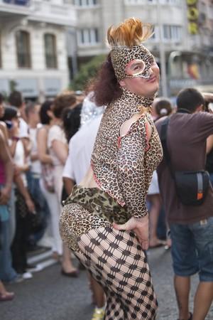 transexual: El 3 de julio de 2010, de Madrid. Marcha del orgullo gay. Retrato de adulto transexual vestido con traje, desfilando a lo largo de Gran V?a, celebraci�n del orgullo gay, Madrid, Espa�a.