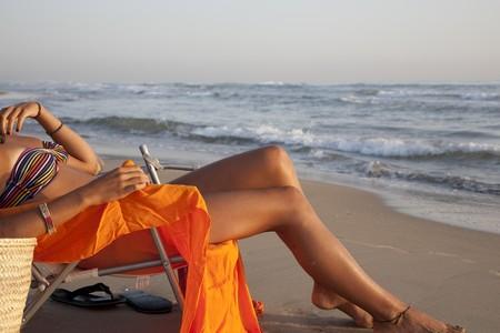 waxed legs: Giovane donna piuttosto che prendere il sole presso la spiaggia di Valencia, Spagna.