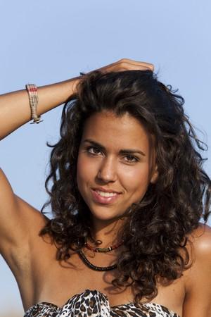 armpit: J�venes bonitas a mujer llevando sarong mirando sideway.  Foto de archivo