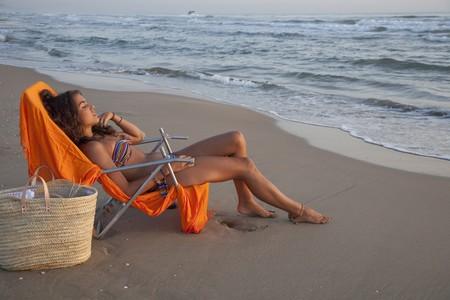 one teenage girl only: Joven mujer bonita, tomar el sol en la playa de Valencia, Espa�a.