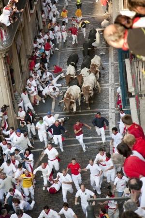 kockázatos: Pamplona, Navarra, Spanyolország. Ember fut a bikák San Fermin.