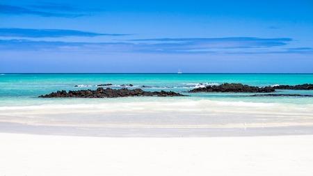 Típica playa Galápagos con arena blanca y el mar esmeralda playa El Garrapatero, Santa Cruz, Islas Galápagos
