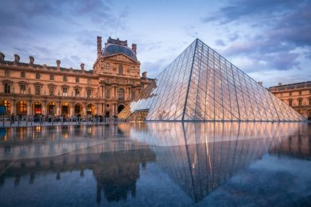 piramide humana: Vista del Museo del Louvre y la pirámide en el crepúsculo