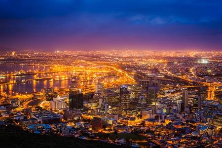 nighttime: Vista de Ciudad del Cabo en el amanecer, Sud�frica Foto de archivo