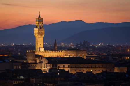 日没後のフィレンツェの有名なヴェッキオ宮殿