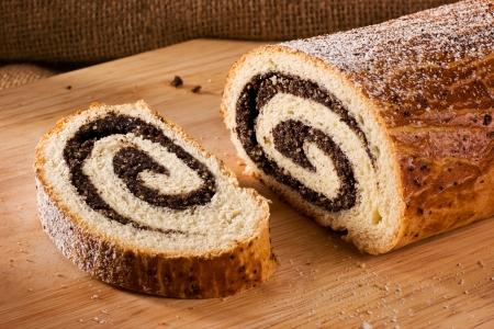 전통적인 헝가리어 민속 케이크 크리스마스 양귀비 롤 - bejgli