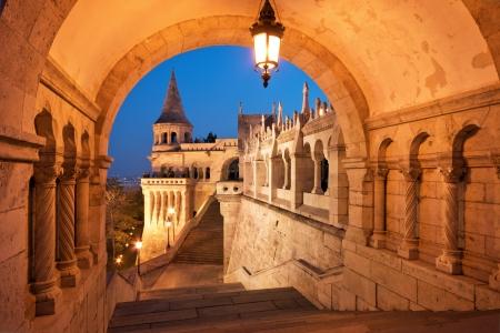 La puerta norte del Bastión de los Pescadores en Budapest - Hungría en la noche Foto de archivo