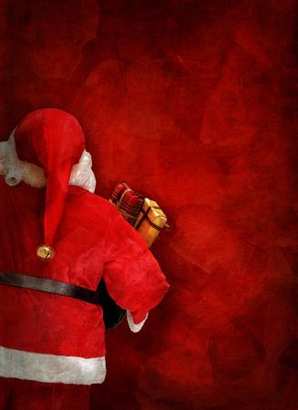 muneca vintage: tarjeta de felicitaci�n art�stica o de dise�o de carteles con una mu�eca de Santa Claus y de color rojo de fondo pintado a mano