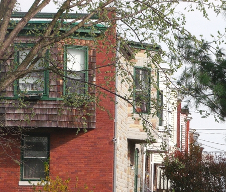 md: Side view of rowhouses near Lake Montebello Baltimore,MD. Stock Photo