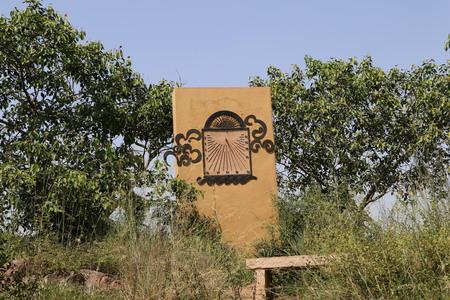 reloj de sol: Sun Dial DialSun en Garden of Five Senses, Nueva Delhi. Un reloj de sol es un reloj que utiliza la posici�n del Sol para indicar la hora. T�picamente una barra proyecta una sombra sobre un plano o superficie. En esta superficie se encuentran las marcas que indican el momento por el pos Foto de archivo
