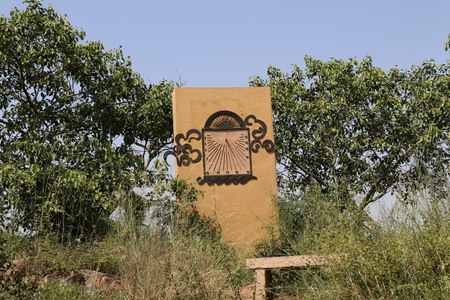 sonnenuhr: Sun DialSun Dial in Garden of Five Senses in Neu Delhi. Eine Sonnenuhr ist eine Uhr, die die Position der Sonne verwendet, um die Zeit anzuzeigen. Typischerweise ein Stab wirft einen Schatten auf einer Ebene oder Fl�che. Auf dieser Fl�che gefunden werden Markierungen, die die Zeit anzuzeigen, durch die pos Lizenzfreie Bilder