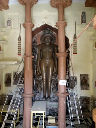 cycles: Jain Tirthankaras tirthankaras son Siddhas especiales liberaron almas que ha alcanzado la omnisciencia y gu�a las otras almas para salvarlas de los ciclos de la tierra repetidas existencias renacimiento. Tirthankaras son solo hombre ordinario, nacido como un ser humano, sino a trav�s de TH