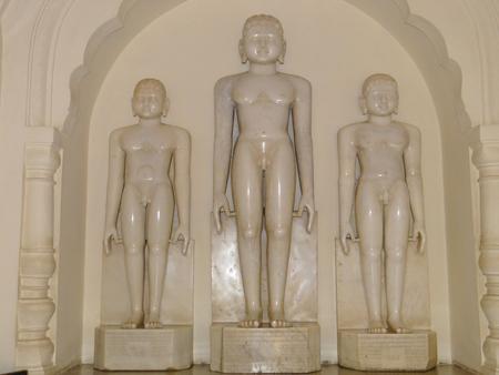 cycles: Jain Tirthankaras: Tirthankaras son almas liberadas Siddhas especiales que ha alcanzado la omnisciencia y gu�a a las otras almas para salvarlas de los ciclos de la tierra repetidas existencias renacimiento. Tirthankaras son solo hombre ordinario, nacido como un ser humano, sino a trav�s de