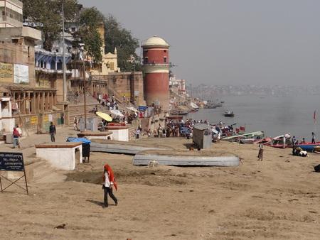 hindus: El Santo r�o Gangas 'Ghats de Benar�s: Varanasi es la ciudad m�s antigua del mundo. Varanasi es m�s de 3000 a�os y es famosa por ser la ciudad de los templos. Varanasi es tambi�n conocido por el nombre de Kashi y Benares. Kashi, la ciudad de Moksha para los hind�es s