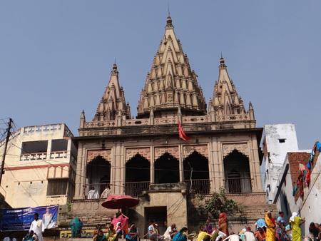 hindues: El Santo r�o Gangas 'Ghats de Benar�s: Varanasi es la ciudad m�s antigua del mundo. Varanasi es m�s de 3000 a�os y es famosa por ser la ciudad de los templos. Varanasi es tambi�n conocido por el nombre de Kashi y Benares. Kashi, la ciudad de Moksha para los hind�es