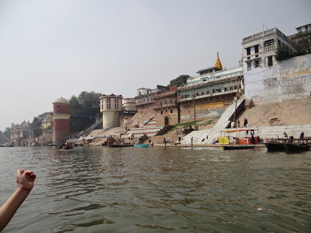 hindues: The Holy River Gangas Ghats in Banaras : Varanasi is the oldest city of the world. Varanasi is more than 3000 years old and is famous as the city of temples.  Varanasi is also known by the name of Kashi and Benaras. Kashi, the city of Moksha for Hindus  Editorial