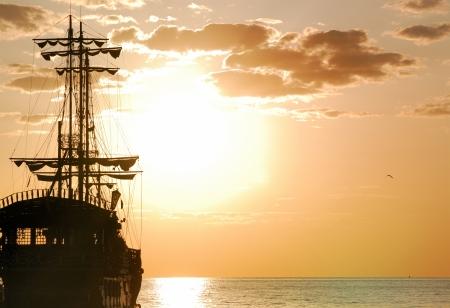 barco pirata: Env�o de piratas en el mar en orientaci�n horizontal